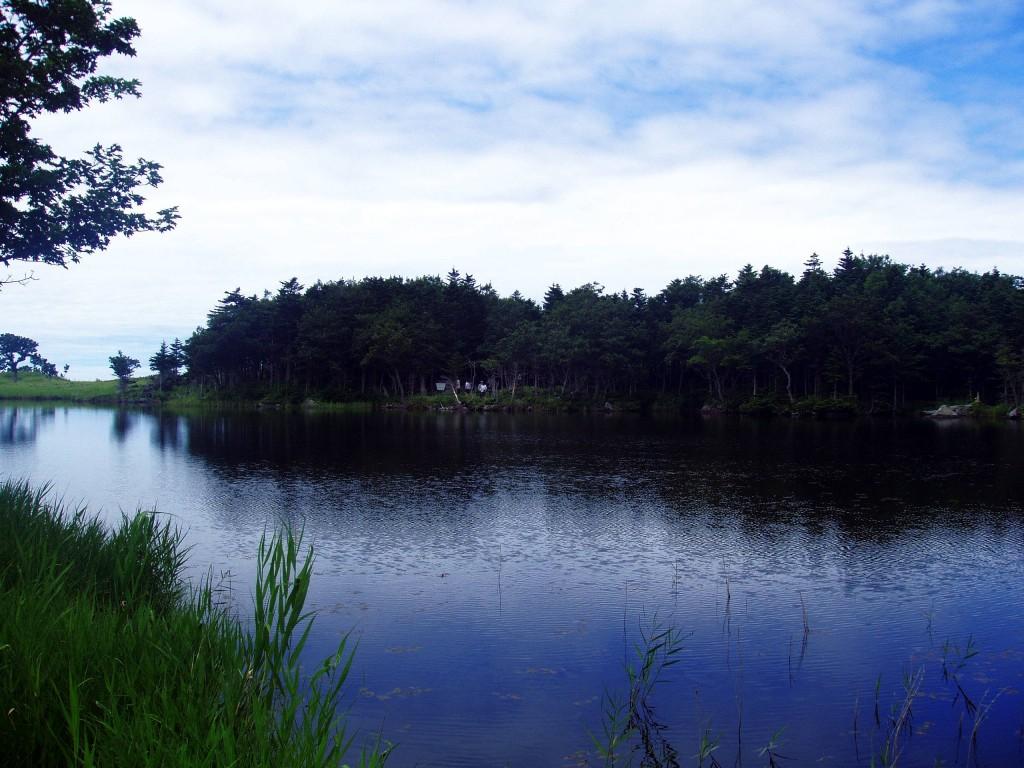 Jezero v NP Shiretoko na ostrově Hokkaidō