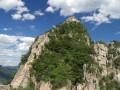 Výhled na další věž. Zborcený úsek vlevo už vypadá jako větší výzva.