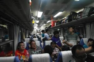 Pohled do vagonu s tvrdými sedačkami