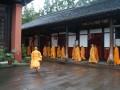 Mnichové se scházejí na večerní modlitbu v klášteru Wenshu.