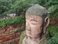 Buddhova hlava - lidi v pozadí slouží jako dobré měřítko.
