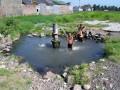 I ve vesnici vyvěrá horký pramen - a děti si ho užívají.