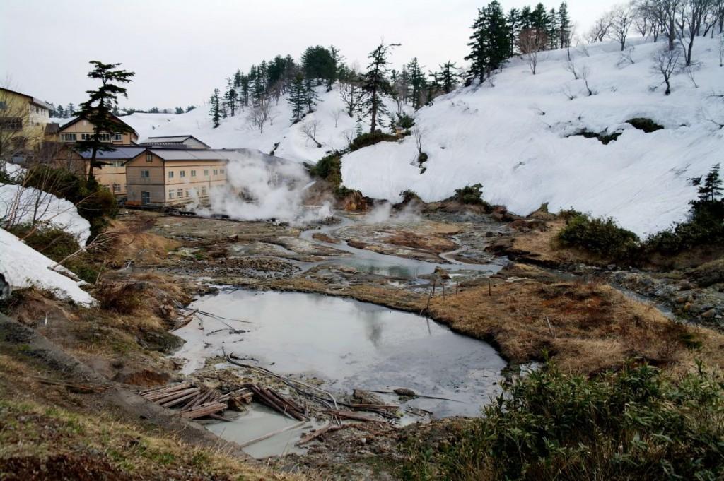 Horké prameny na zasněžené náhorn�  plošině Hachimantai