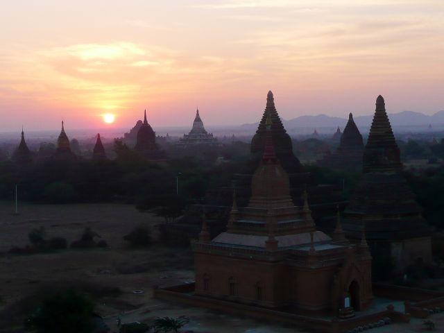 Východ slunce nad baganskými chrámy v Barmě