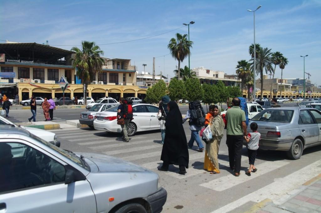 Doprava v Bandar Abbásu je překvapivě asi nejméně š� lená; na rozd� l od jiných � ránských měst tady nen�  skoro vůbec problém přej� t silnici.