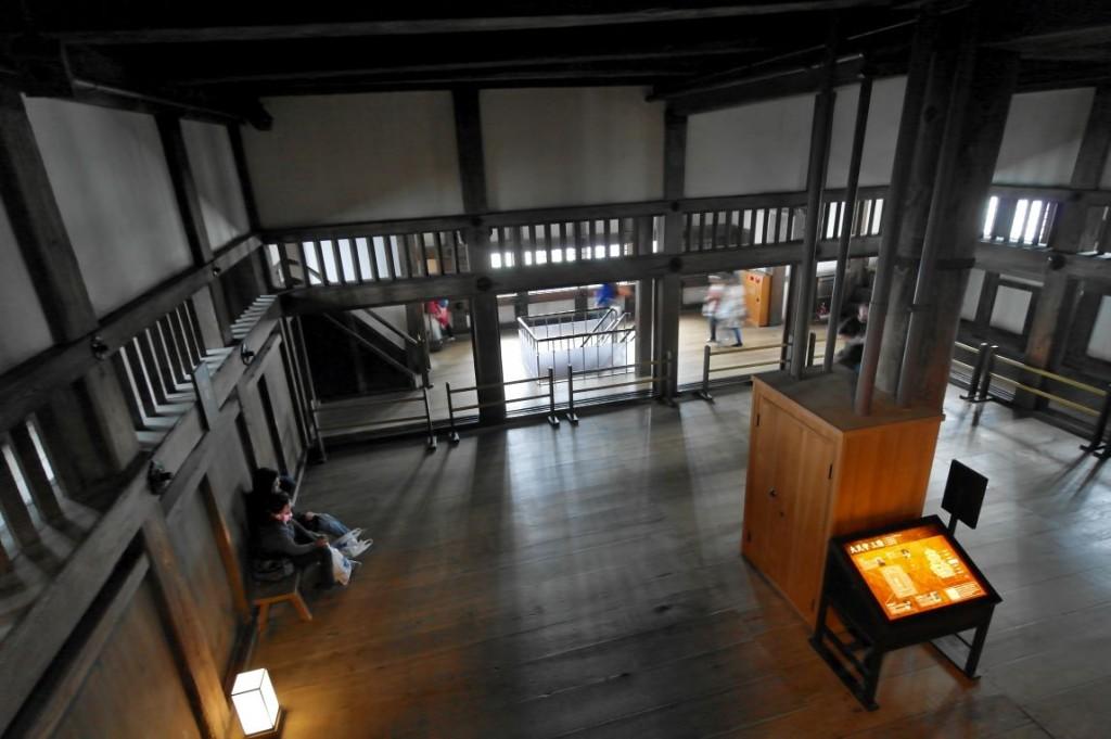 Po šesti letech v lešen�  čerstvě rekonstruovaný hrad v Himeji...