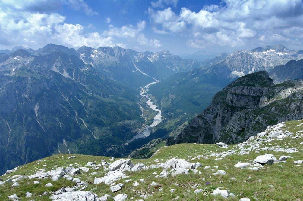 Výhled na údol�  Theth v Albánii