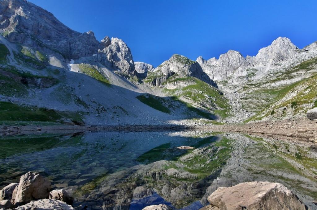 Krásné rann�  počas�  u jezera